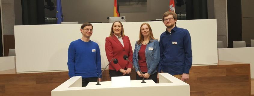 Mitglieder von Jugend für Dora mit der Landtagspräsidentin Dr. Gabriele Andretta im Plenarsaal des Niedersächsischen Landtags